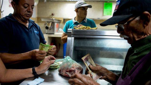 Venezolanos en una carnicería