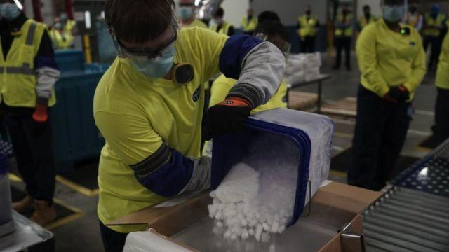 Un trabajador pone hielo seco en unas cajas que contienen la vacuna de Pfizer-BioNTech en Michigan, EE.UU., en diciembre de 2020.