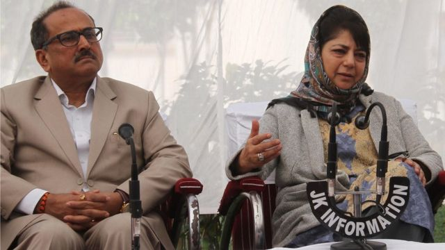 भाजपा के उपमुख्यमंत्री निर्मल सिंह के साथ पीडीपी नेता और मुख्यमंत्री महबूबा मुफ्ती