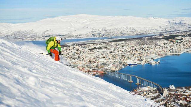 Homem esquiando na Noruega