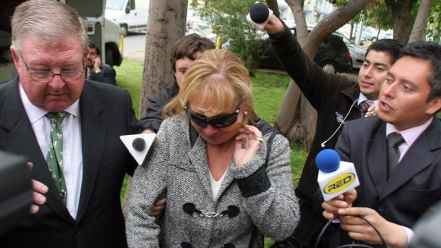 La hija de Augusto Pinochet, Verónica Pinochet Hiriart (centro)