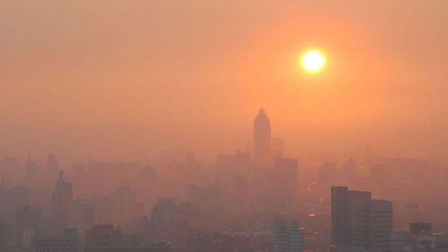 Cidade coberta por fumaça