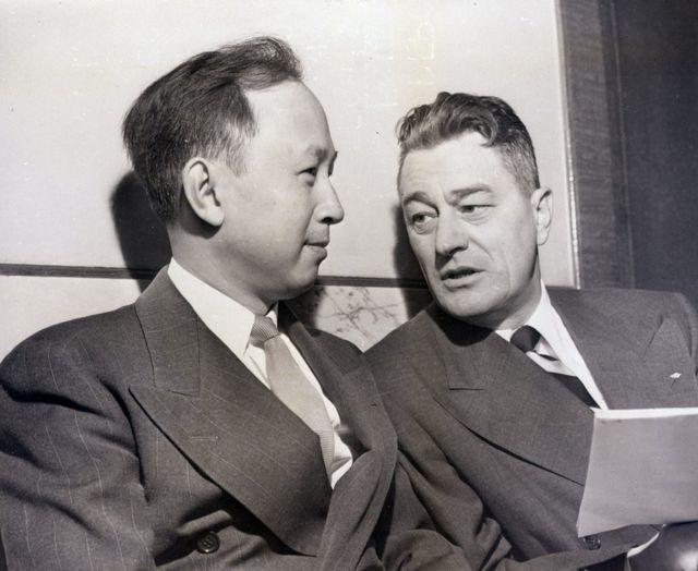 Qian Xuesen ve avukatı Grant Cooper, 1950'de bir duruşmadan önce
