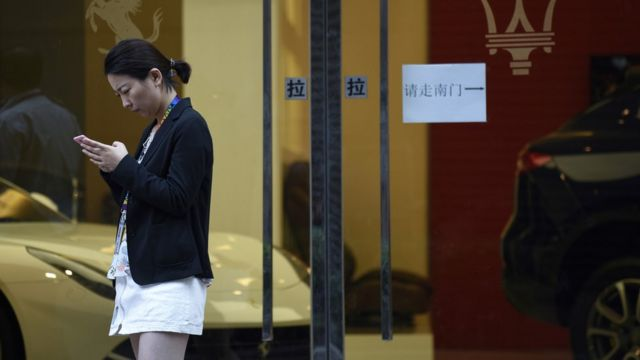 ચીનમાં મોબાઇલનો ઉપયોગ કરતી એક મહિલા