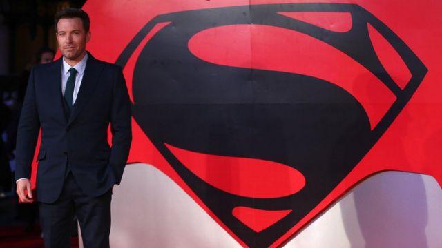 Бен Аффлек на фоне плаката Бэтмена