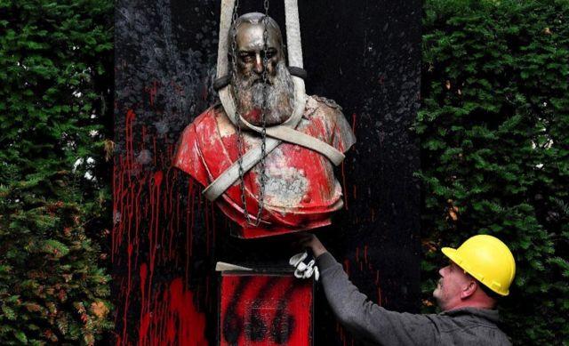 Una estatua del rey Leopoldo II vandalizada