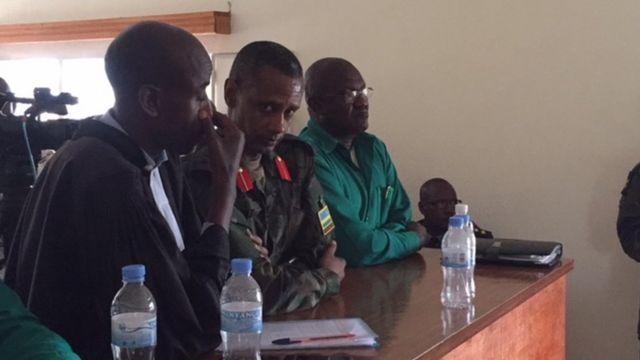 Koloneri Byabagamba( wambaye gisirikare) Gen. Rusagara(wambaye icyatsi) n'ubaburanira,bari mu rukiko