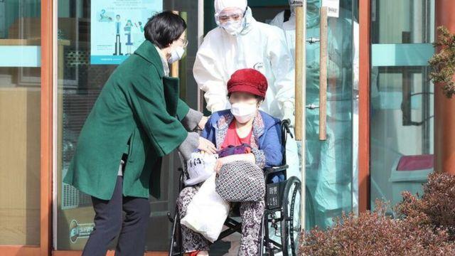 코로나19 음성 판정을 받고 청도대남병원을 나서는 환자