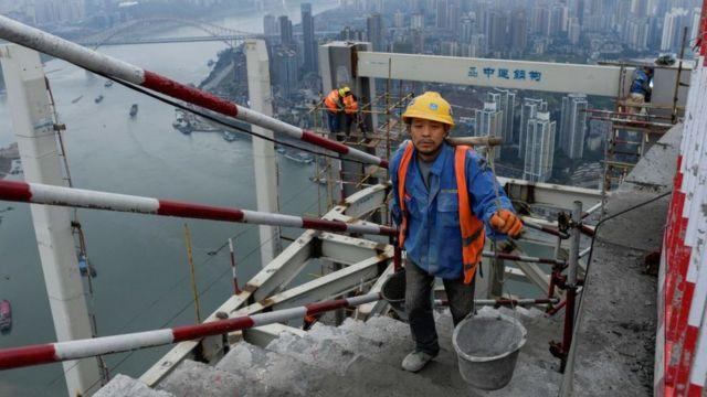 คนงานก่อสร้างในเมืองฉงชิ่งทางใต้ของจีน