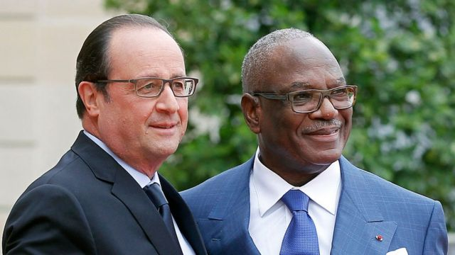 Les présidents Hollande (G) et Keita (D)