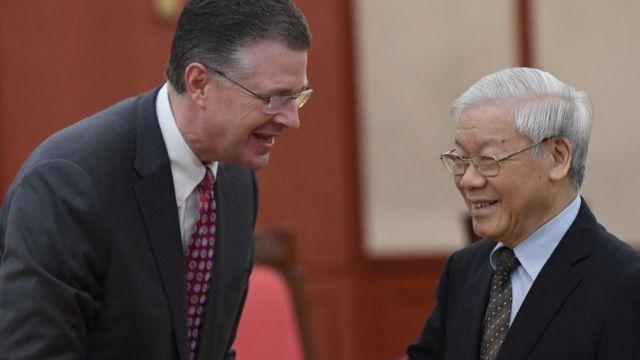 Đại sứ Hoa Kỳ tại Việt Nam Daniel J. Kritenbrink (Trái) và Tổng bí thư Chủ tịch nước Nguyễn Phú Trọng tại Hà Nội (1/2018).