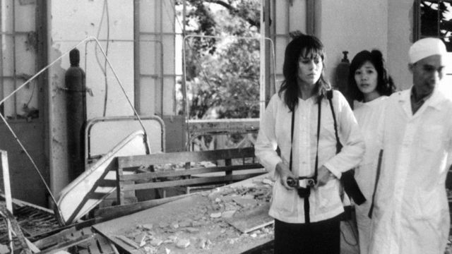 Jane Fonda thăm một bệnh viện bị trúng bom tại Hà Nội tháng 7/1972