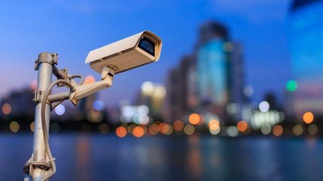 Una cámara de vigilancia pública