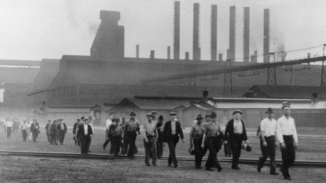 Trabajadores en una fábrica de acero en Chicago