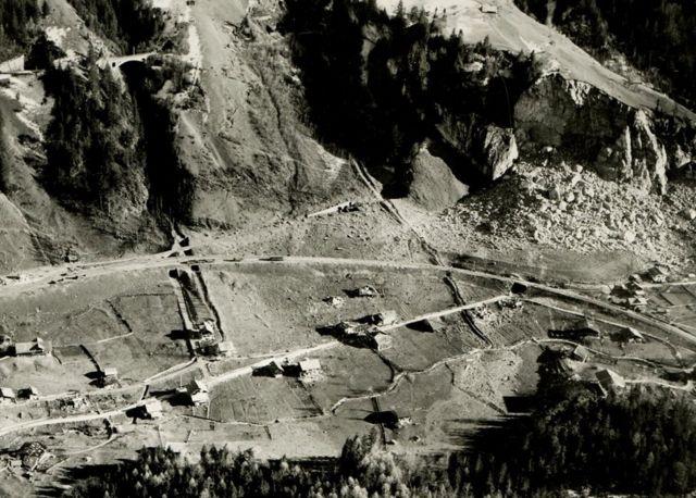 Vista aérea de Mitholz após a explosão - a montanha destruída está no canto superior direito