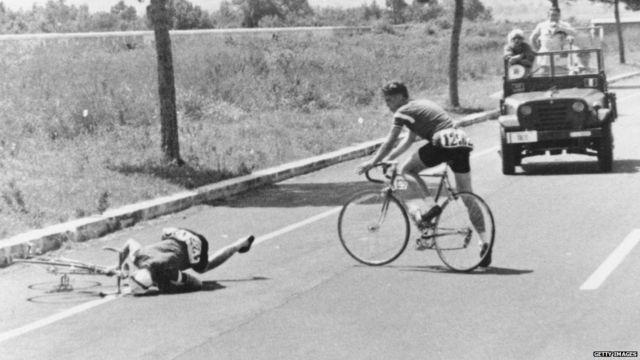 डेनमार्क का एक साइकलिस्ट नड एनमार्क जेन्सन 100 किलोमीटर की दौड़ में साइकिल चलाते चलाते गिर गया और उसकी मौत हो गई