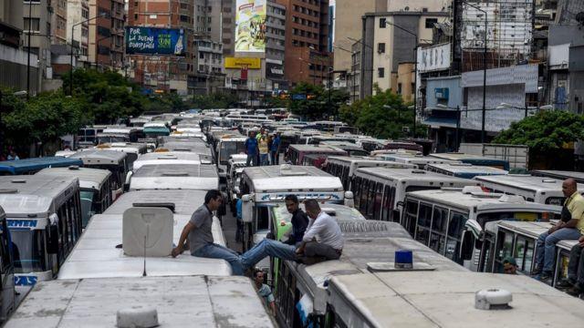 Una calle de Caracas bloqueada por buses