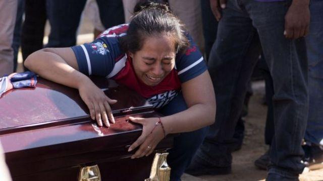 Mujer en funeral de su hijo