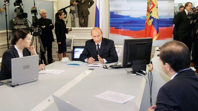 """Екатерина Андреева во время """"прямой линии"""" с Владимиром Путиным в сентябре 2005 года"""