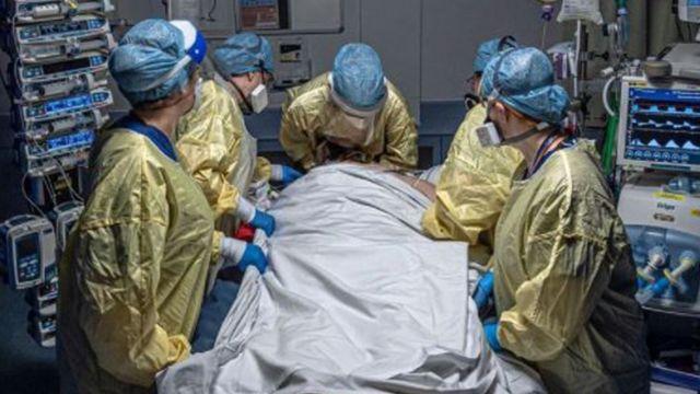 Foto de Emily Gilhespy mostra profissionais de saúde com paciente na UTI