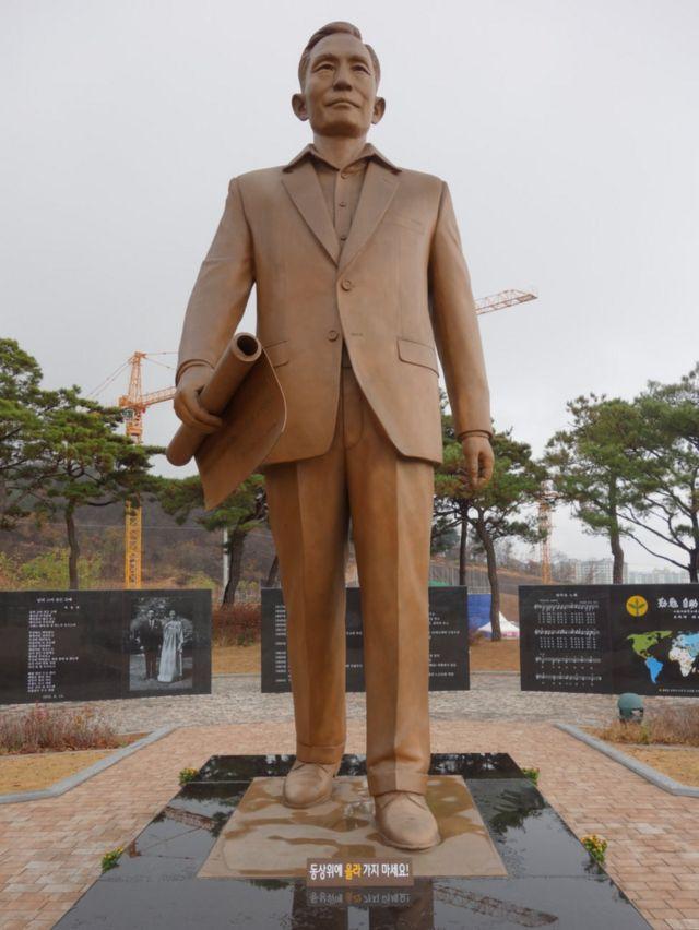 朴正煕氏の出生地・亀尾市に立つ像