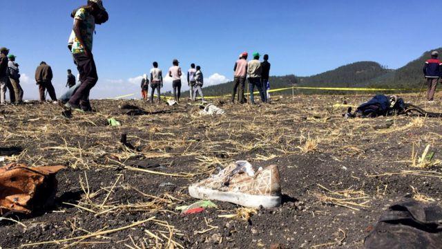 Orang-orang berkumpul di lokasi jatuhnya pesawat Ethiopian Airlines penerbangan ET 302, di dekat kota Bishoftu, sebelah tenggara Addis Ababa, Ethiopia, Maret 2019.