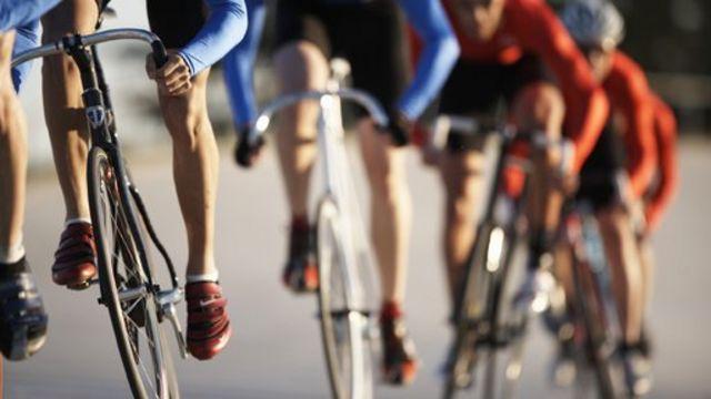 Ciclistas em fila