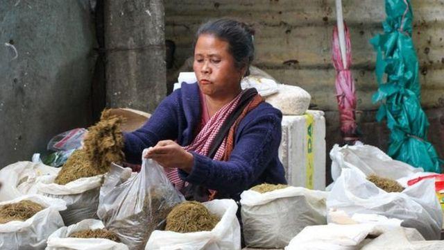 Alors que les hommes possèdent la plupart des entreprises en Inde, sur le marché de Shillong, ce sont les femmes qui mènent la danse.