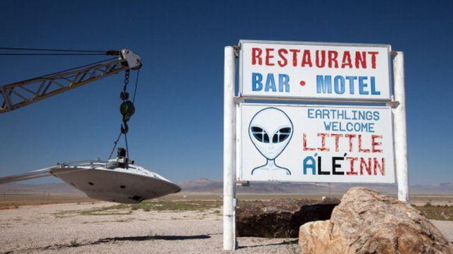 Placa e disco voador pendurado em um caminhão de reboque, Rachel, Nevada