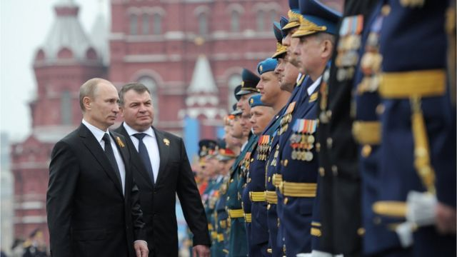 Vladimir Putin pasando revista