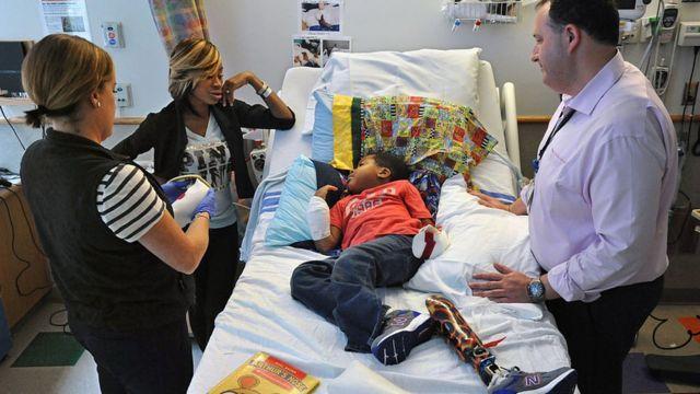 Zion Harvey junto a su madre, una enfermera y un médico