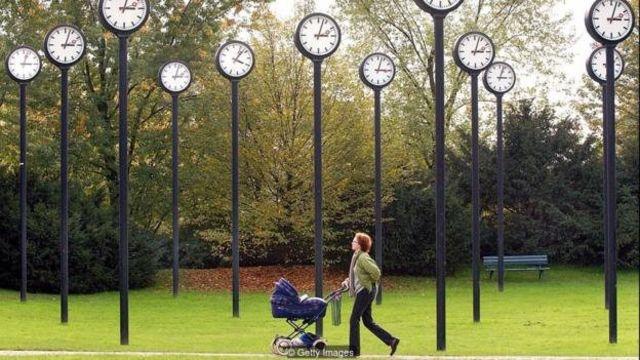 تحقیقی که در سال ۲۰۰۱ انجام گرفت نشان داد که تفاوتهای شخصیتی میتواند درک افراد از گذر زمان را متفاوت کند