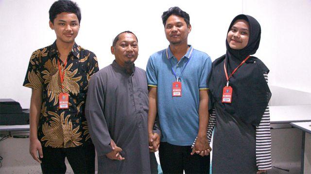 Rizqy, Hassan, Iwan e Sarah de mãos dadas
