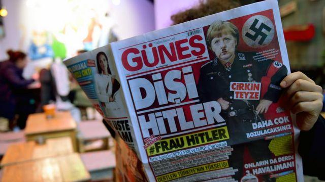 Güneş gazetesinin birinci sayfasında Merkel, Adolf Hitler gibi tasvir edilmiş.