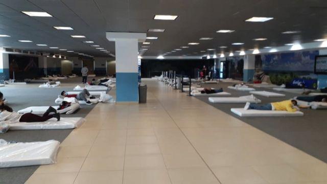 Personas deportadas durmiendo en el aeropuerto de Ciudad de Guatemala.