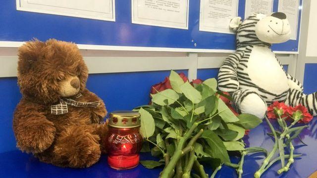 Цветы, свечи и мягкие игрушки в аэропорту Мурманскав в память о погибших в авиакатастрофе