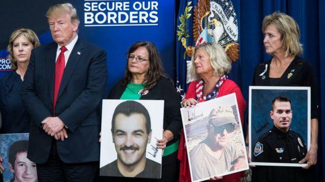 Trump en compañía de familias cuyos parientes fueron víctimas de delitos por parte de inmigrantes indocumentados el 22 de junio.