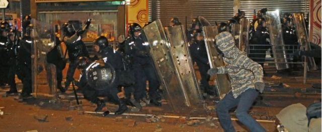警察と衝突する「本土派」のデモ参加者(今年2月、香港・旺角で)