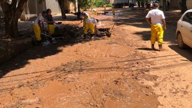 Funcionários limpando a rua