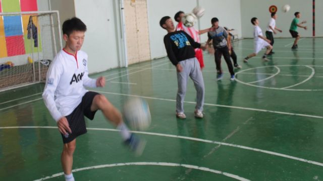 Ochiroo (in white Manchester United shirt) during a full session at the school gym where he trained alone