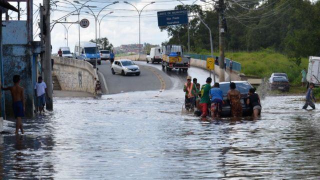 Alagamento na região de ponte que liga a cidade de Guarulhos a bairros alagados em São Paulo