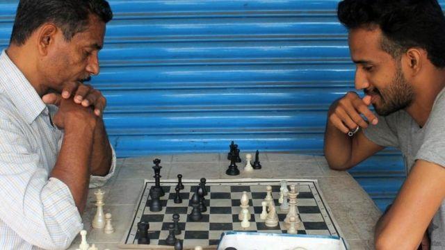 Dos hombres jugando ajedrez