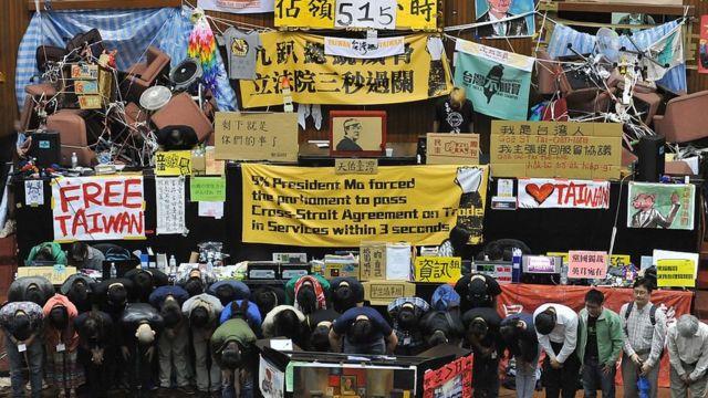 "Rita说,2014年发生的""太阳花反服贸运动"",刺激他们开始思考政治以及台湾与中国大陆的关系"
