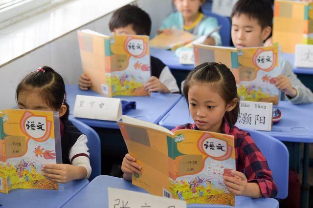 中國大陸的小學開設語文課程,統一以拼音教授兒童漢字讀音。