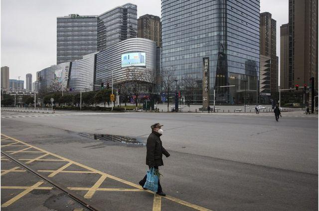 1月23日,武漢開始封城,防控疫情。武漢街頭行人很少。