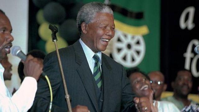 Nelson Mandela atamba inyuma yaho ANC itsindiye amatora mu 1994.