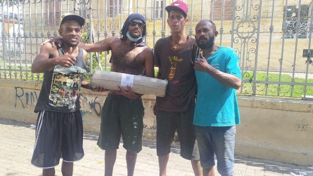Moradores de rua recebem barraca doada em grupo de amigos