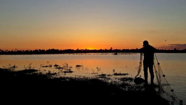 Un ictiólogo prepara su red para el trabajo en las sabanas del Beni, en Bolivia.