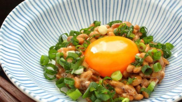 ناتو را معمولا با پیازچه و تخممرغ خام مصرف میکنند