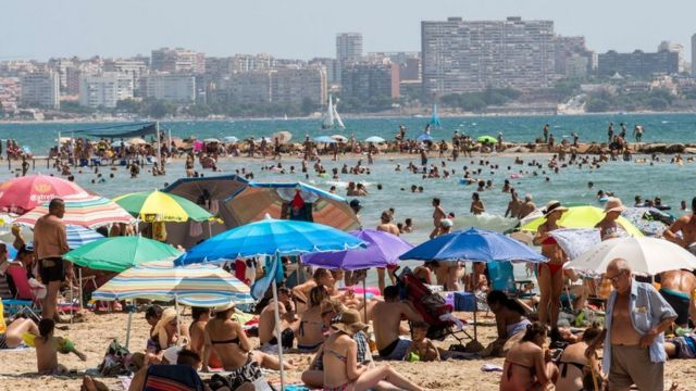 El Postiguet beach crowded due to high temperatures.